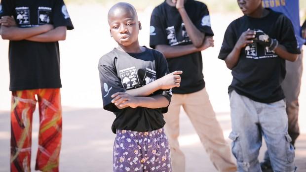 Ari Maftah rappar på swahili. Foto: Malin Huusmann