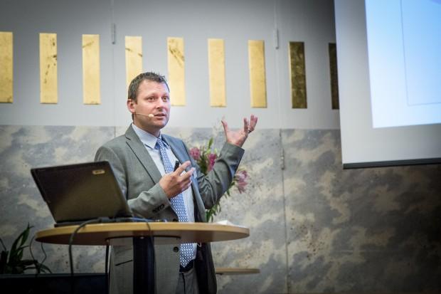 Dudley Tarlton från FN:s utvecklingsprogram UNDP pratar om alkohol som ett hinder för utveckling. Foto: Nathalie C. Andersson