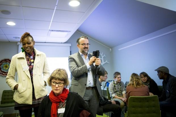 Elizabeth Ogott lyssnar på gruppdiskussioner och Pierre Andersson från IOGT-NTO:s internationella verksamhet dokumenterar diskussionerna. Foto: Nathalie C. Andersson