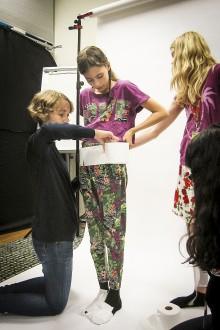 Eidth Housset blir mumie med hjälp av toapapper. Foto: Maria Zaitzewsky Rundgren