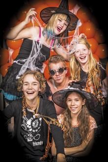 Redaktionsgänget gör sig redo för Halloweenfirande. Foto: Torkel Edenborg
