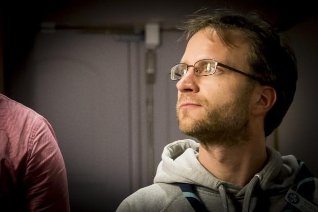 Jonas Mogren blickar ut över plenum. Foto: Nathalie C. Andersson