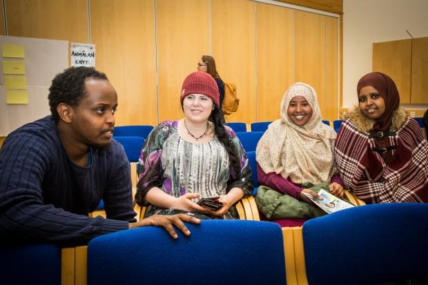 """Mommo Deeq, Cia Embretsen, Ikran Ali och Hamdi Mohamud har åkt från Borlänge för att vara med på Socialt forum. """"Det är jättespännande att få vara här"""", säger Ikran Ali. Foto: Nathalie C. Andersson"""