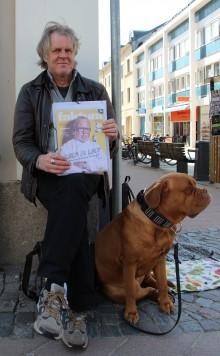 Bosse Didriksson och hunden Laika säljer Faktum. Foto: Ulrica Ambjörn.