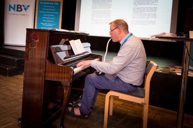 Magnus Andersson ackompanjerar en sång med både piano och melodica. Foto: Nathalie C. Andersson