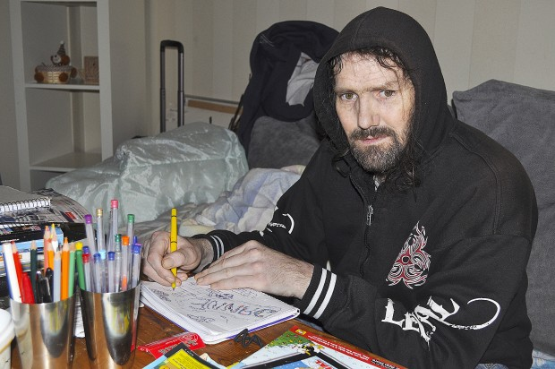 Janne Spruijt i sin lägenhet. Foto: Sven Rosell