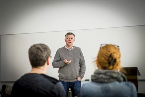 Arni Gudmundsson, ordförande iföreningen Föräldrar mot alkoholreklam, talar på ett seminarium. Foto: Nathalie C. Andersson