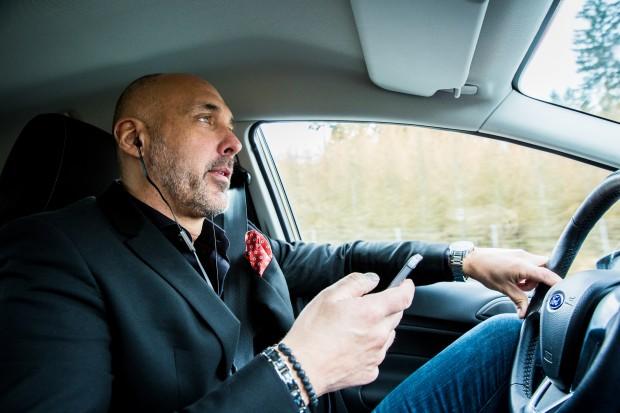 På väg till Rydöbruk hinner Johnny avverka tre samtal som stått länge på att göra-listan. Foto: Nathalie C. Andersson