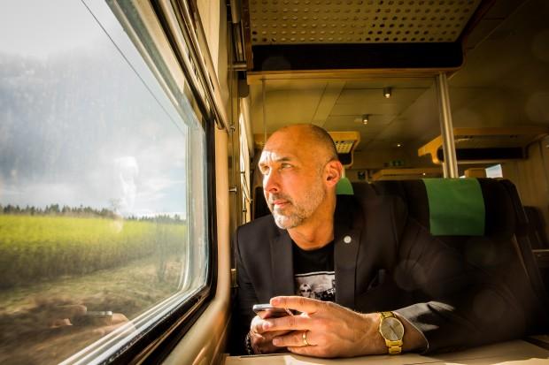 På tåg mot Vingåker och Socialt forum. Johnny älskar att resa, det ger honom perspektiv, säger han. Foto: Nathalie C. Andersson