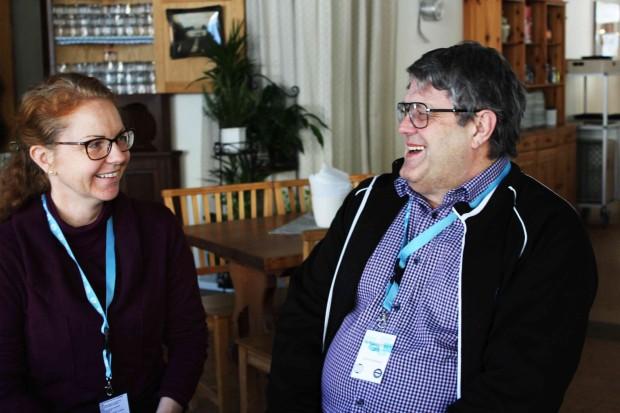 Marja Weck Lönn, relativt ny i IOGT-NTO, hamnade bredvid Lars-Ove Kårhed, medlem sedan barnsben, vid fikabordet. Foto: Eva Ekeroth